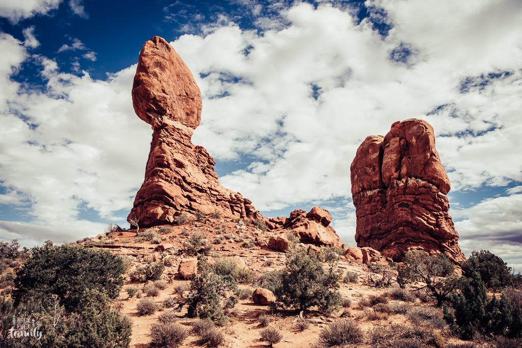 Il se situe dans le parc national Arches et comme son nom l'indique, la partie haute est posé en balancement, très impressionant