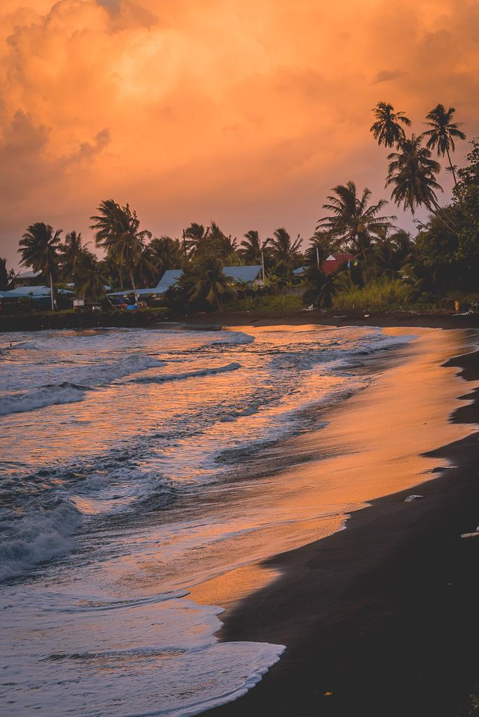 Sur la plage de papenoo un soir au coucher du soleil, un paysage offrant des couleurs surréalistes