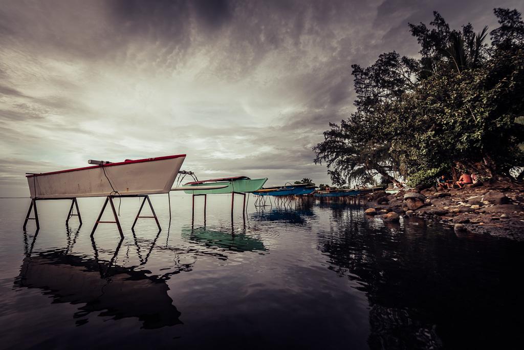 Barques de pêcheurs à marée basse à la pointe Venus (Tahiti EST)