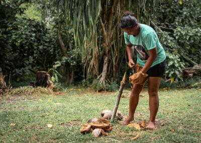 10. Heipoe prépare les cocos