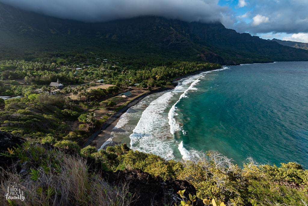 """Vallée de Taaoa depuis le point de vue """"Picsou"""" (le nom que les jeunes ont donné à ce rocher qui ressemble à Picsou)"""