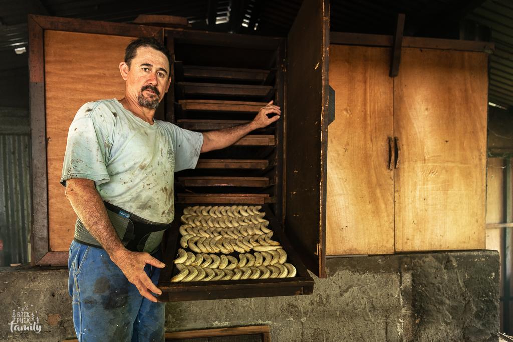 Etapes de séchage des bananes dans un four à bois